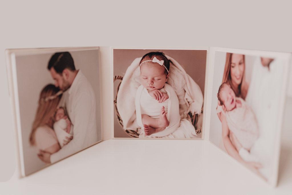 Neugeborenes schläft gepuckt bei Neugeborenenshooting, Album, Triplex, Geschenk